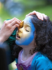 Bambina col volto dipinto
