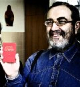 Riccardo Valla mentre mostra il Libretto Rosso di Mao