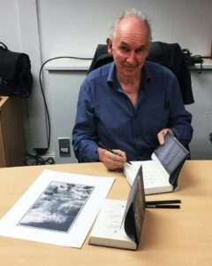 Alan Lee firma copie della Caduta di Gondolin