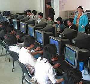 Migliaia di ragazzi cinesi per 50/100 euro al mese giocano ai MMORPG per guadagnare oggetti magici da vendere ad altri giocatori.