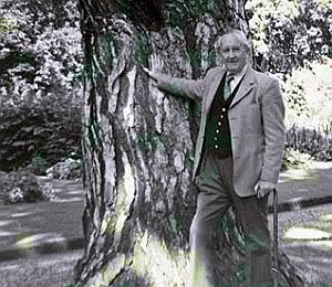 Tolkien nel 1973 vicino al suo albero preferito