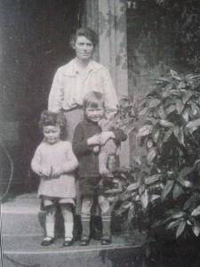 Edith Tolkien con i figli Priscilla e Christopher