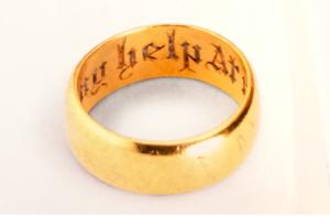 Anello della fiducia - anello d'oro recante la scritta ' God be my help at nede'. Inghilterra, 1400-1500